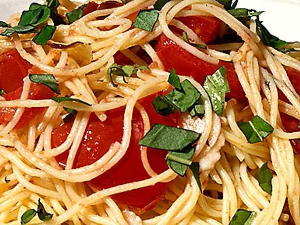 Spaghetti med färska tomater och basilika