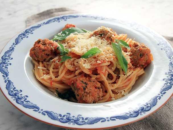 Spaghetti med italienska köttbullar i tomatsås