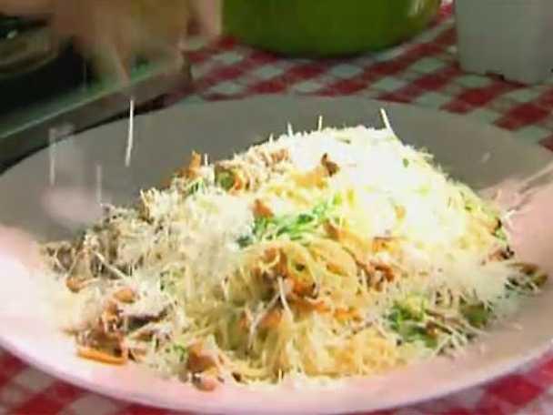 Spaghetti med kantareller, trumpetsvamp, parmesan och rucola