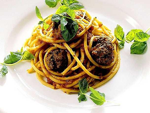 Spaghetti med lammfärsbullar i tomatsås