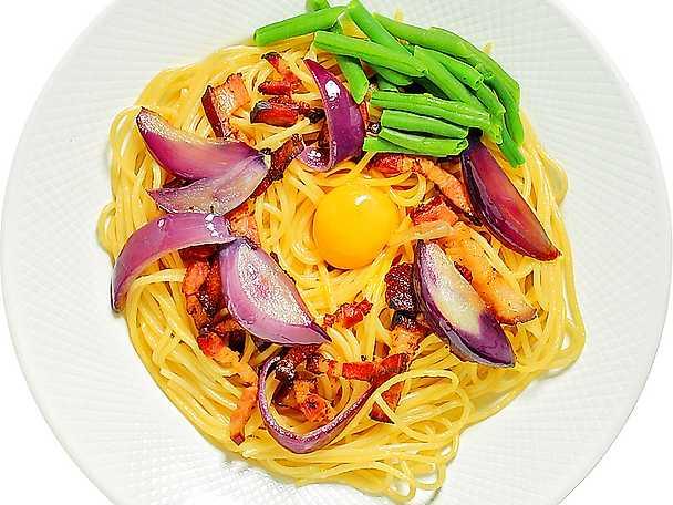 Spaghetti med rökt fläsk, grönsaker och äggula