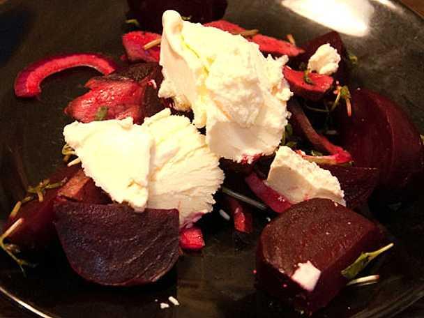 Spännande kontraster där ljummen köttsallad paras med bett och svalka från okonventionell glass