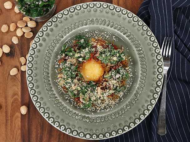 Spansk potatispytt med stekt ägg, persiljesallad och riven mandel