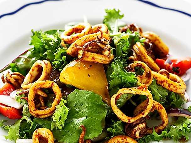 Spansk sallad med calamares och rostad paprika