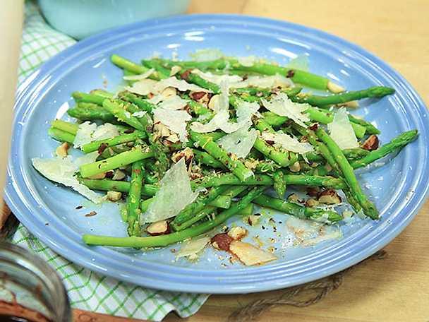 Sparris med rostade hasselnötter och pecorino