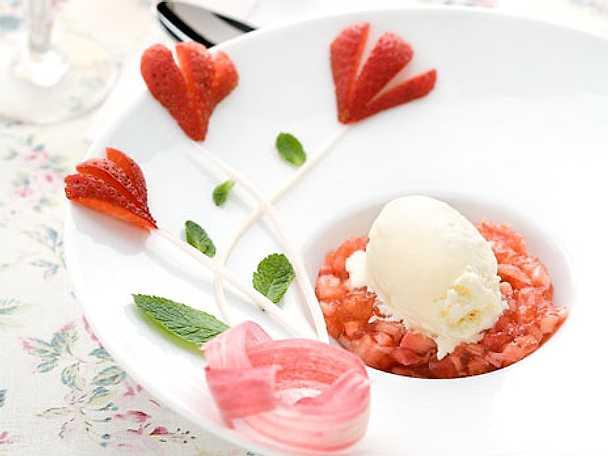 Sparrisglass med jordgubbs- och rabarbergelé