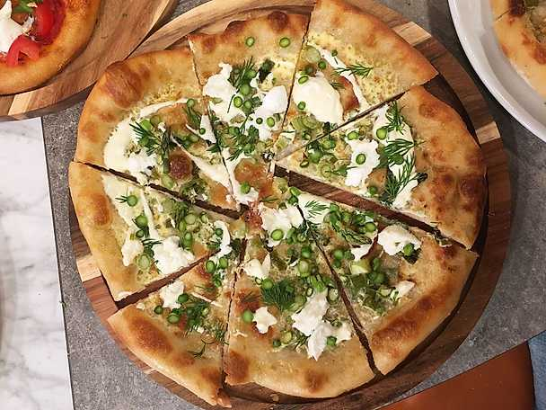 Sparrispizza med bovete och citron