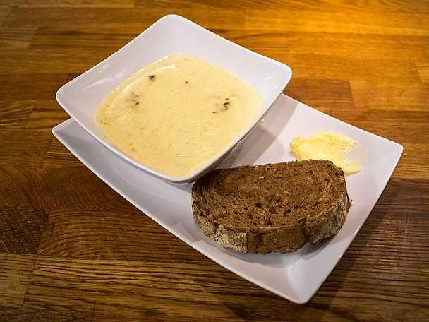 sparrissoppa med surdegsbröd och fluffigt smör