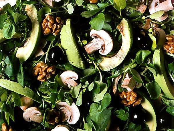 Spenatsallad med avokado och champinjoner