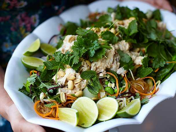 Spicy chicken salad med mynta och jordnötter