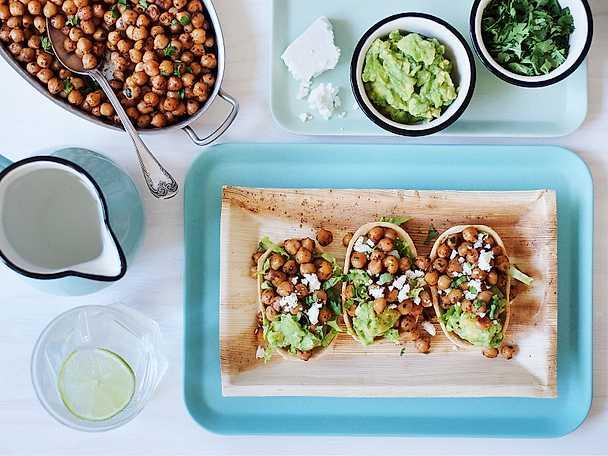 Spicy garbanzos med guacamole, koriander och fetaost
