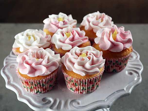 Spritsa blommor på cupcakes - se & gör