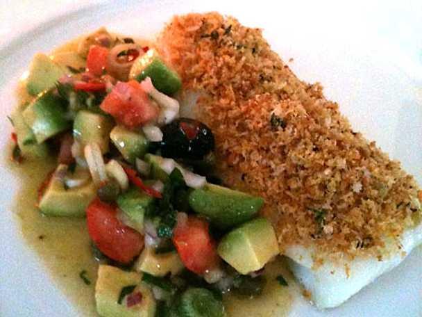 Sprödbakad torsk med citron, vitlök och avokadosallad