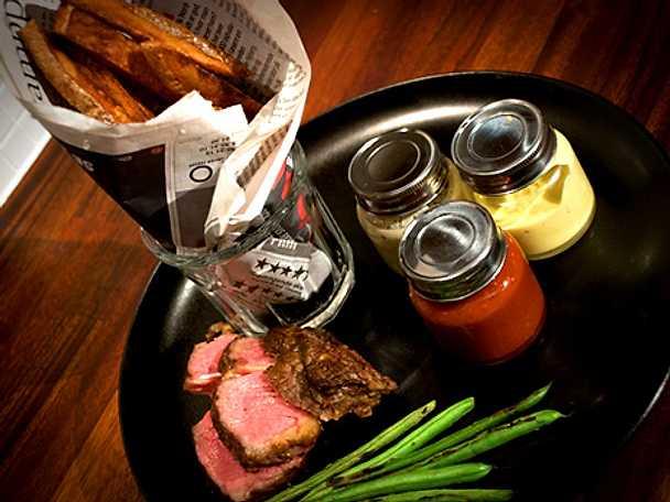 Steak frites med rotfruktsfrites och tre slags såser
