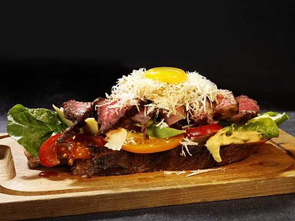 Steak sandwich med parmesan, pepparrot och dijon
