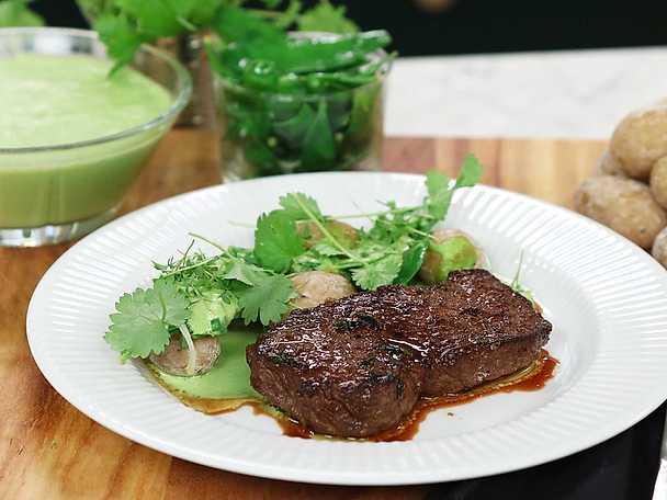 Stekt biff med mojo verde, sockerärtor och saltkokt potatis