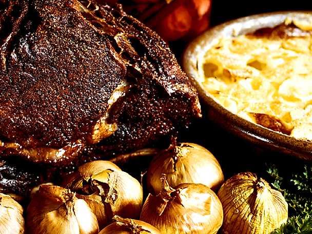 Stekt entrecôte med bakad lök och potatisgratäng