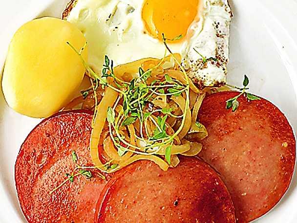 Stekt falukorv med lök och ägg