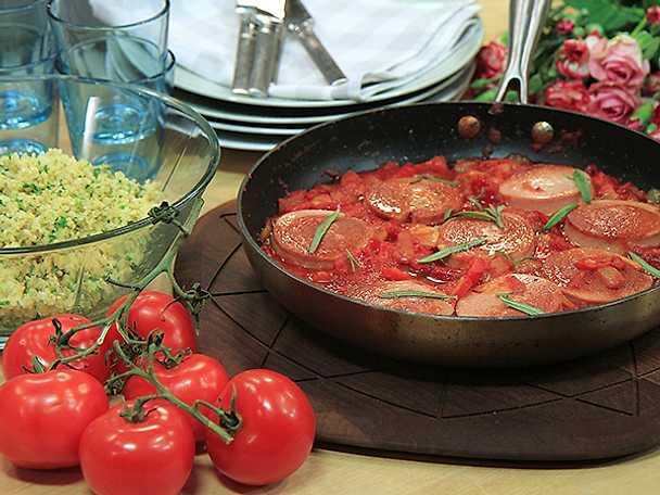 Stekt falukorv med tomat- och paprikasås