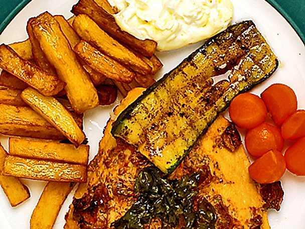 Stekt fiskfilé med hemlagad pommes frites