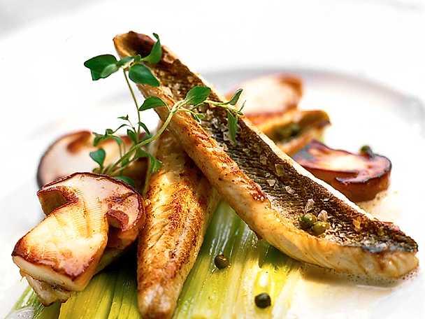 Stekt fiskfilé på bädd av kokt purjolök