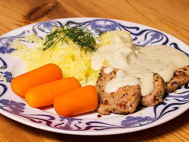 Stekt fläskfilé med ädelostsås, lättkokta morötter och pressad potatis