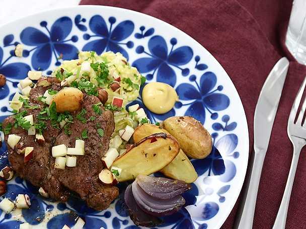 Stekt fläskkarré med potatisklyftor, senap och krämig savojkål