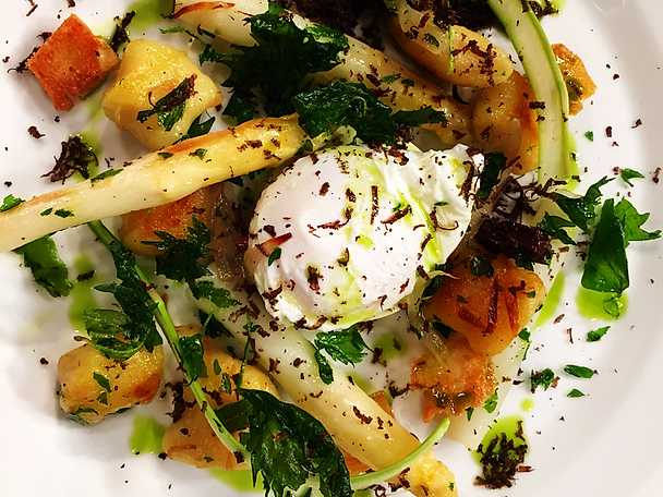 Stekt gnocchi med murklor, förlorat ägg, sparris och vårtryffel