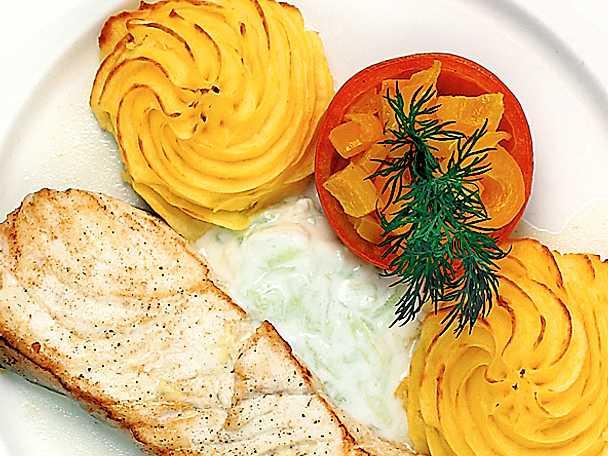 Stekt hälleflundra med tzatziki och fylld tomat