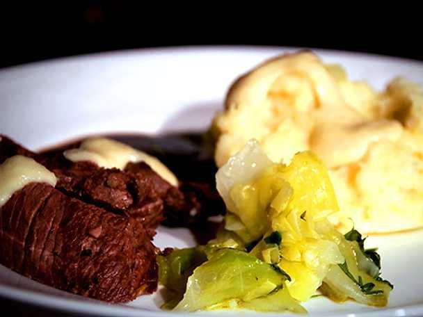 Stekt hjortytterfilé med vinsås, potatis- och jordärtskocksmos