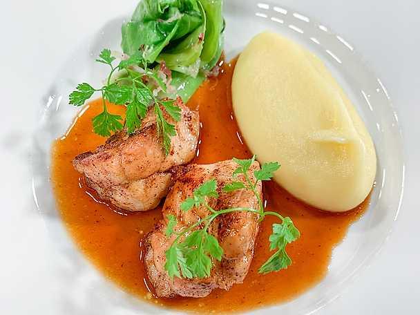 Stekt kalvbräss med smörkokt spetskål, potatispuré och lagerbladssky