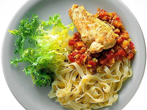 Stekt kycklingbröst med tomatröra och pasta