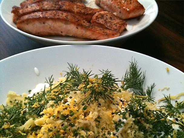Stekt lax med pressad potatis, gräddfil, citron och örter