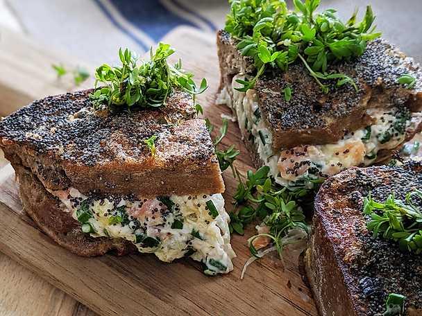 Stekt laxmacka med surkål och färskost