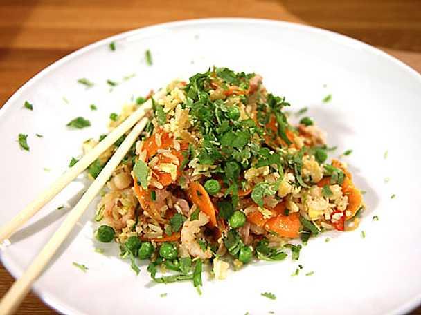 Stekt ris med skinka, räkor, ägg och koriander