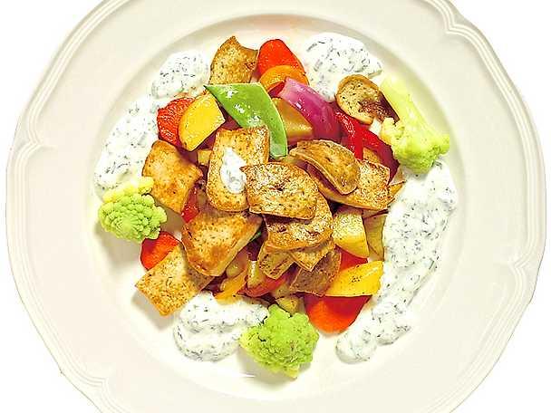 Stekt tofu med grönsaker och kall örtagårdssås