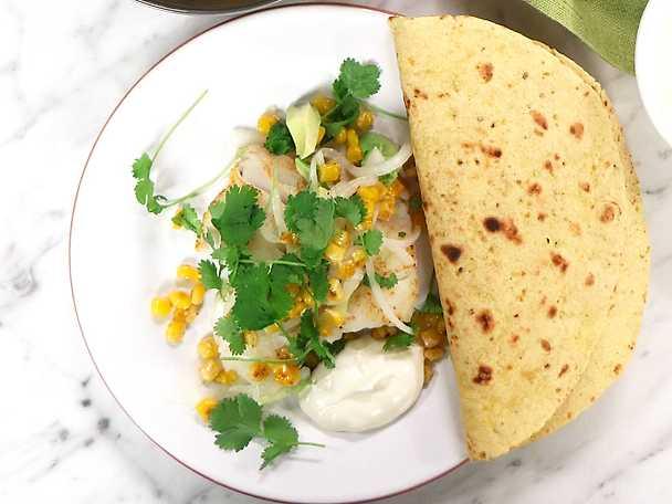 Stekt torsk med majs, avokado och picklad lök