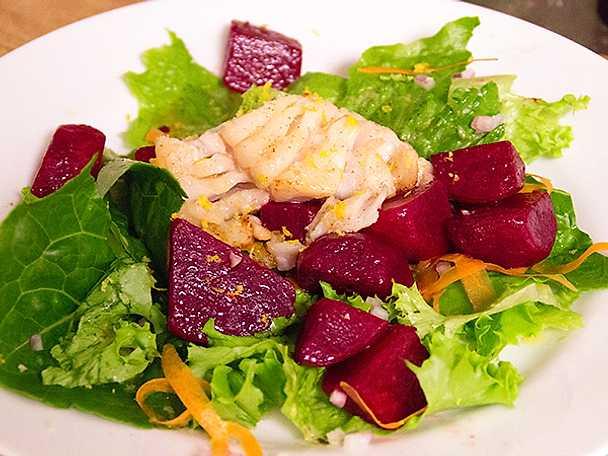 Stekt torsk och grönsallad med rödbetor