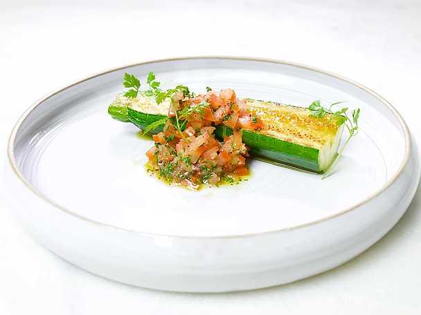 Stekt zucchini med syrlig tomatsalsa