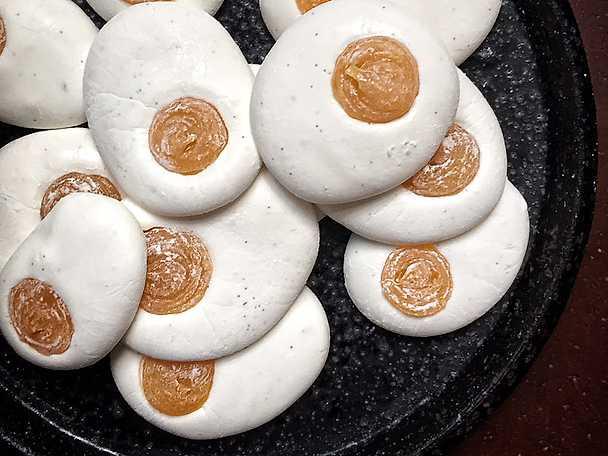 Stekta ägg - vaniljmarshmallows med mangogelé