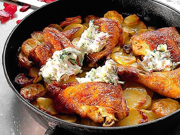 Stekta kycklingdelar på potatisbädd med gurksallad