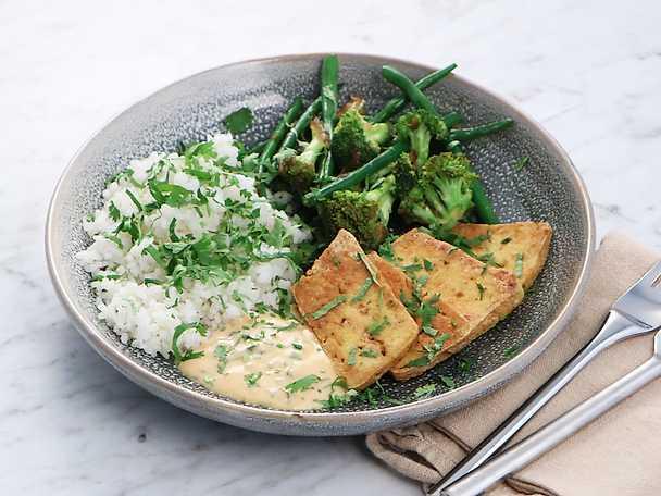Sticky rice med broccoli, sparris och friterad tofu