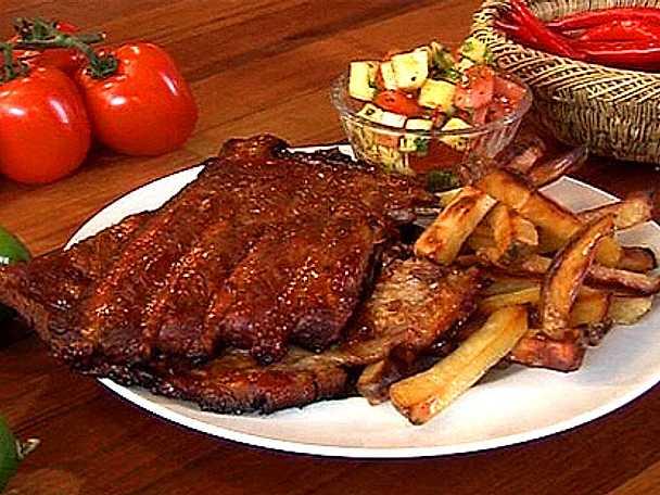 Sticky spareribs med home fries och tomat- & ananassalsa