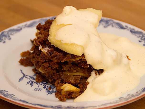 Storartad skånsk äppelkaka med vaniljsås