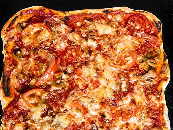 Storpizza med skinka och champinjoner