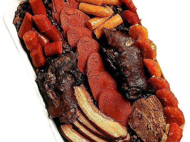 Stort köttfat med mustig böngryta