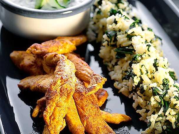 Strimlad currykyckling med spenatris och raita