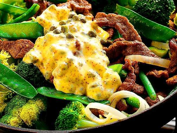 Strimlad lövbiff med grönsaker och kapris- och senapssås