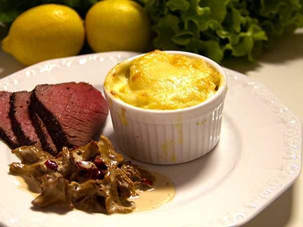 Strutsfilé med potatisgratäng och kantarellsås