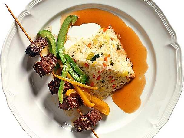 Strutsspett med grönsaksris och madeirasås